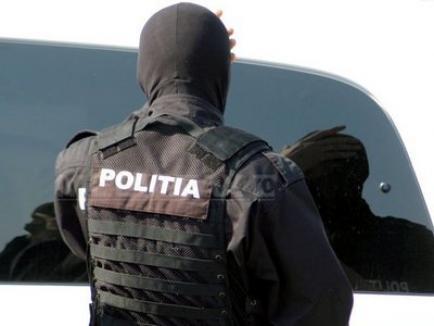 Zeci de poliţişti caută un interlop care o omorât un altul ziua în amiaza mare, într-o cafenea