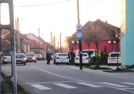 Patrulă de poliţie atacată cu toporul într-un sat din Bihor. Un mascat a fost rănit, agresorul a fost reţinut