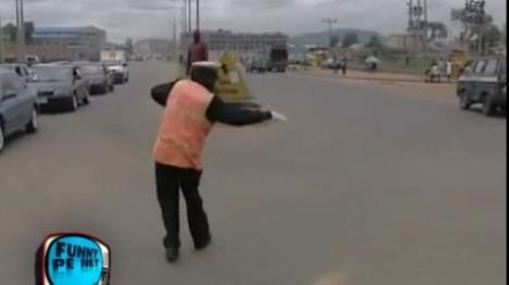 Poliţist cu talent: dansează în intersecţie (VIDEO)