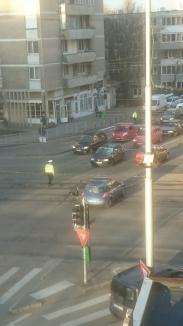 Accident la intersecția Magheru cu Parcul Traian, în Oradea: Un polițist a fost lovit de un șofer care nu i-a respectat semnalele! (VIDEO ȘOCANT)