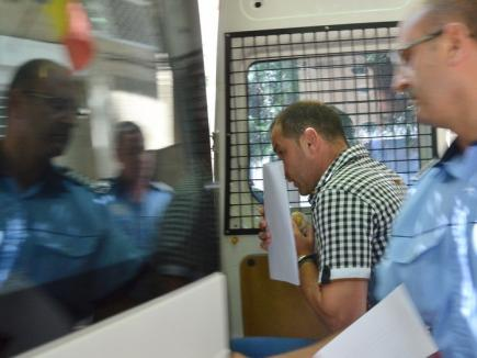 Poliţistul de frontieră arestat pentru şpagă în bani, zahăr şi bilete la loto a fost trimis în judecată