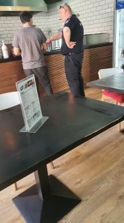 Halal exemplu! Poliţist fără mască, surprins într-un restaurant din Oradea