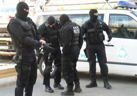 Poliţist mascat, în stare gravă, după ce a fost atacat cu o sabie în timpul unor percheziţii