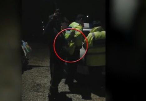 Hoţ fără frică: Un bărbat a fost filmat în timp ce fura ţigările din buzunarul unui poliţist (VIDEO)