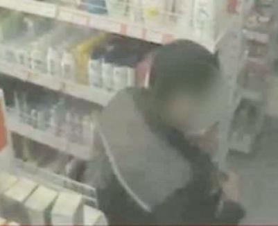 Poliţişti bucureşteni, prinşi la furat în supermarket (VIDEO)