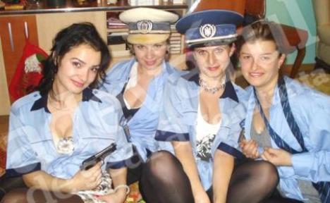 Sexy-poliţistele: şedinţă foto în uniformele soţilor