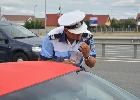 N-are permis, dar are tupeu! Un şofer de BMW, prins cu peste 130 km/oră în Oradea, le-a arătat poliţiştilor un permis de conducere măsluit