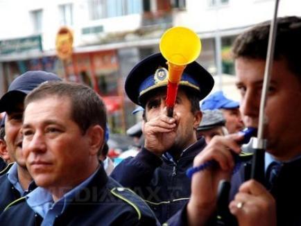 """Poliţiştii către Băsescu: """"Ieşi afară, javră ordinară!"""""""