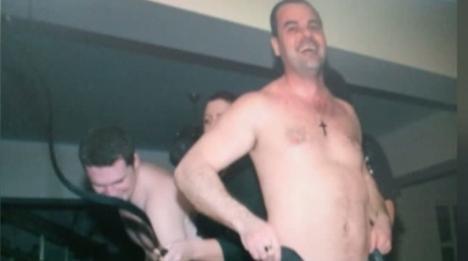 Poliţiştii striperi: Mai mulţi agenţi sătmăreni au dansat dezbrăcaţi pe masă