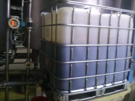 Poluare pe Crişul Negru: Aproape 15.000 de litri de caramel au ajuns în râu, după o avarie la fabrica de bere European Food (FOTO)