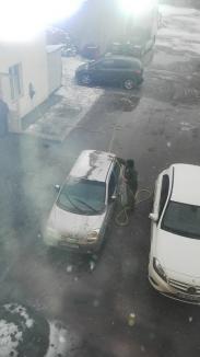 Fulgi de noroi: Poluarea din zona industrială a Oradiei a acoperit oraşul cu... zăpadă neagră (FOTO)