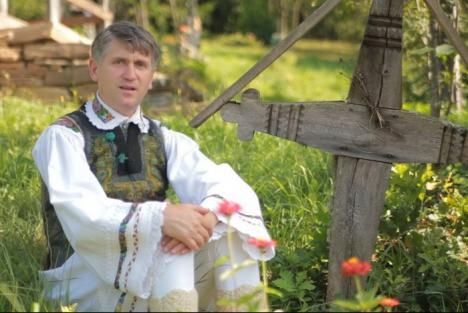 În toiul scandalului de corupţie sexuală, preotul Cristian Pomohaci horeşte la Zilele Comunei Oşorhei
