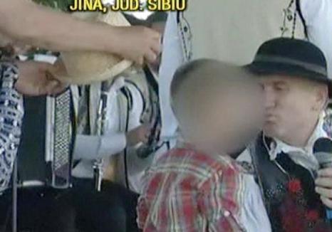 Şocant: Pomohaci a sărutat pe gură un băieţel, în văzul lumii! (VIDEO)