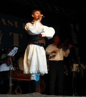 Cristian Pomohaci le va cânta orădenilor de ziua lor