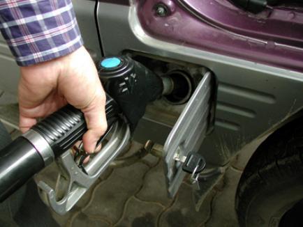 Poliţist de frontieră anchetat după ce a luat şpagă un plin de benzină!