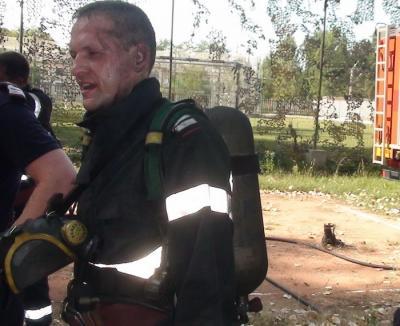 Eroul: În timpul liber, un pompier a intervenit într-un incendiu periculos, la o anexă cu butelii, şi a salvat un câine