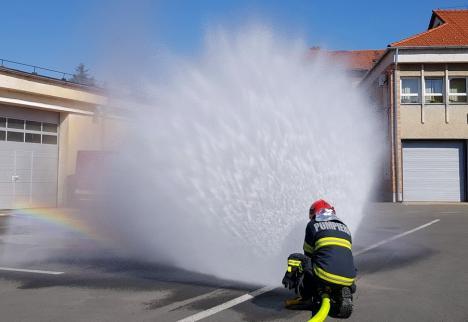 Foc într-o farmacie din Oradea: Un aparat de aer condiţionat a fost cuprins de flăcări
