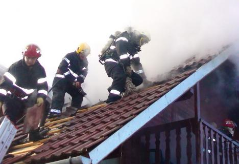 Verificaţi coşurile de fum! Pompierii bihoreni au stins în weekend două incendii provocate de acestea