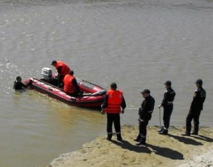 Tragedie la scaldă: Un copil de 13 ani a murit după ce s-a bălăcit într-un canal colector cu prietenii