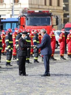 Pompier bihorean, recompensat cu o emblemă de onoare, după ce a salvat o bunicuţă din mijlocul puhoaielor (FOTO)