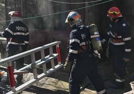 O locuință de pe strada Aurora din Oradea a fost cuprinsă de flăcări