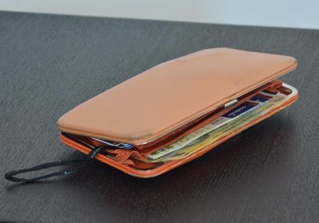 Prinsă pe camere: O femeie care a şutit portmoneul uitat în magazin de o clientă a fost dibuită în mai puţin de o oră