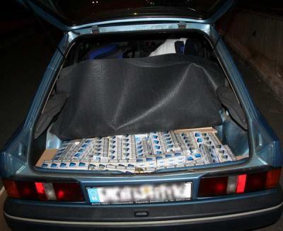 """Un orădean şi-a """"tuningat"""" portbagajul pentru a face contrabandă cu ţigări. A fost prins cu un """"transport"""" în Borş"""