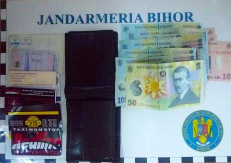 Și-a pierdut portofelul cu tot cu bani, carduri și acte, în Oradea. Noroc că l-au găsit jandarmii…