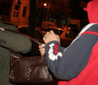 Doi tineri, reţinuţi după ce au tâlhărit două femei ca să-şi facă rost de bani pentru păcănele şi ţigări