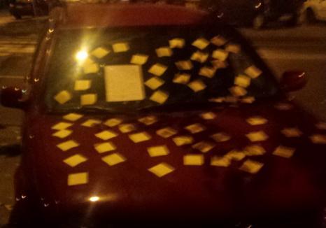 Supărat că alarma unui autoturism a sunat o noapte întreagă, un orădean l-a tapetat cu bileţele post-it (FOTO)