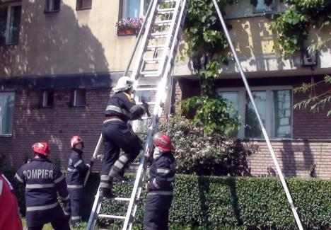 Pompierii au salvat o fetiţă de doi ani, blocată într-un apartament din Oradea