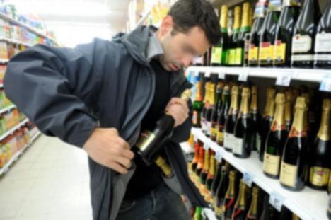 Crăciun în arest: Un tânăr orădean care a furat 11 sticle cu whisky şi şampanie a fost reţinut de poliţişti
