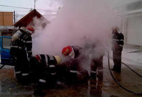 Trei maşini în flăcări în aceeaşi zi în Oradea. Unul dintre incendii a fost pus intenţionat