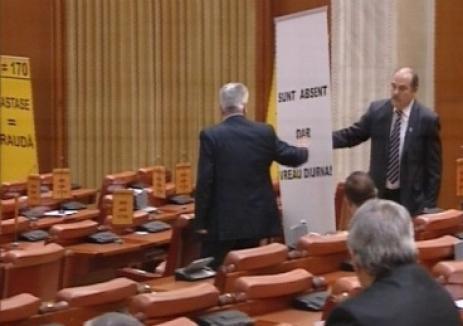 """S-au îmbrâncit şi s-au înjurat în Parlament, """"în interes naţional"""""""