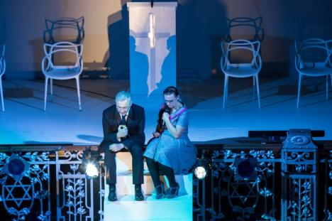 'Şi Hitler?' În premieră naţională, spectacolul 'Creştini' a fost jucat de actorii orădeni la Sinagoga Sion, transformată într-o biserică neoprotestantă (FOTO)