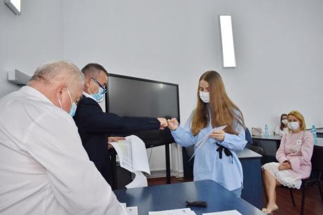 Gafă impardonabilă a Ministerului Educaţiei: Singura elevă cu media 10 la Bacalaureatul de toamnă, o orădeancă, a fost sărită la premiile cu bani pentru absolvenţii merituoşi! (FOTO)