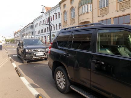 Politruci anti-model: Alaiul de maşini care-l aştepta pe ministrul Tánczos, parcat ilegal (FOTO)