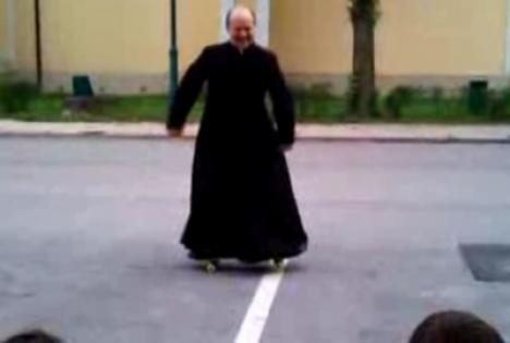 Popa face figuri pe skateboard (VIDEO)