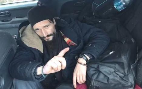 """Bine """"aghesmuit"""", un fost preot a fost """"săltat"""" de polițiștii rutieri după o urmărire ca-n filme: 'Nu am condus eu, ci Dumnezeu' (VIDEO)"""