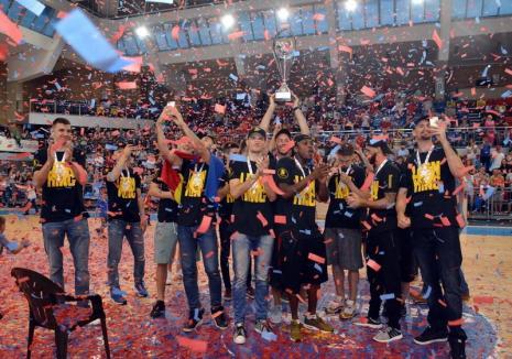 The Lion Kings: Campionii României la baschet au prezentat trofeul în faţa fanilor orădeni, fiind primiţi cu aplauze şi confetti (FOTO/VIDEO)