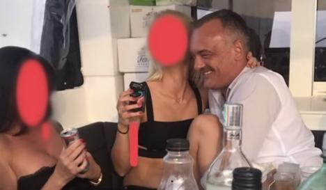 Scandal în Ungaria: Primarul din Győr, filmat în timp ce făcea sex cu o prostituată pe un iaht de lux