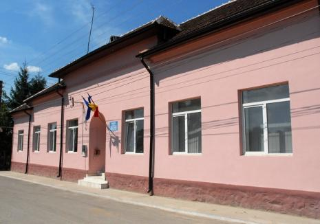 Scandal pe bani: Primăria Pietroasa s-a trezit cu maşinile puse sub sechestru