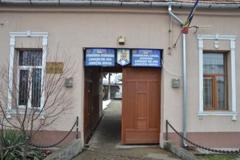 Proces pentru salariu: Secretara comunei Lugaşu de Jos vrea să dea în judecată Primăria, pentru că i-a micşorat leafa