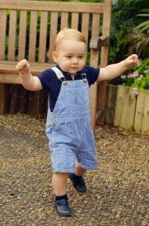 Prima fotografie cu prinţul George umblând singur, dată publicităţii înainte de ziua lui
