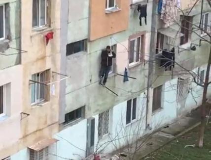 Noroc chior: A căzut de la etajul 4, dar a scăpat ca prin minune, pentru că s-a agăţat în sârmele de întins rufe!