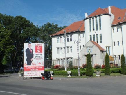 Primărie cu opinii: Prisma electorală a PSD din faţa Universităţii este în regulă