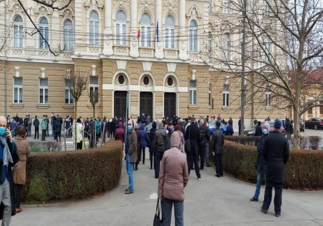 Proces maraton la Tribunalul Bihor: Imagini inedite în fața instanței, cu peste 300 de oameni care au dat şpagă pentru pensionări medicale (FOTO)
