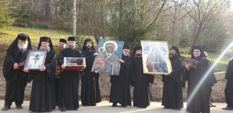 Rugăciune fără distanțare: Călugării de la Mănăstirea Izbuc au făcut o procesiune cu icoanele pentru oprirea coronavirusului (FOTO)