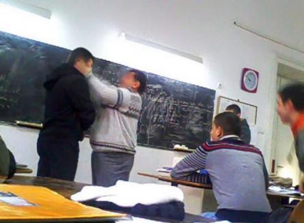 Scandalos: Profesor bătut în clasă, chiar de doi elevi