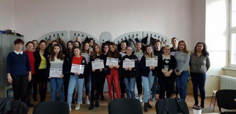 """Şcoală... altfel: Elevi de la """"Mihai Eminescu"""" vor lucra o lună într-o companie din Oradea, ca să afle ce se cere pe piaţa forţei de muncă (FOTO)"""